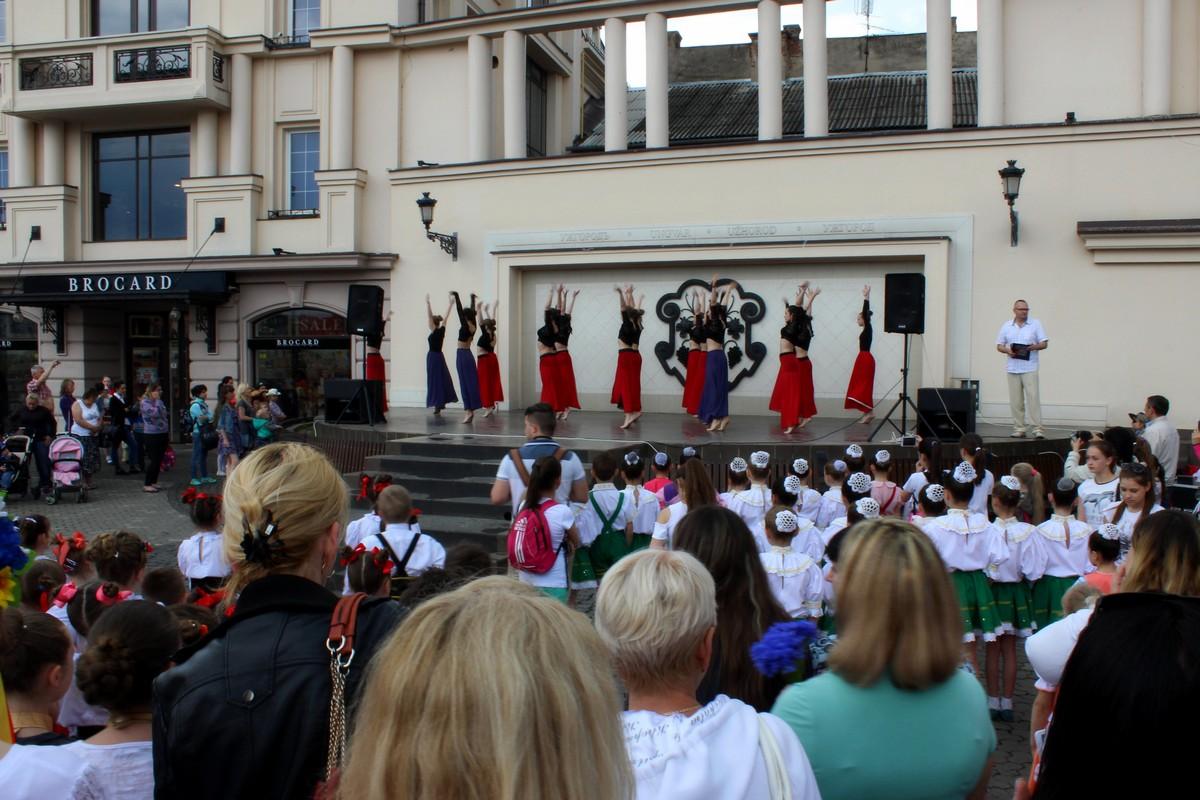 В Ужгороді таки відбулися танцювальні флешмоб і концерт. ФОТО