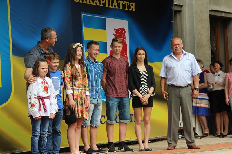Нагородження ужгородських медалістів та їхній останній вальс. ФОТО