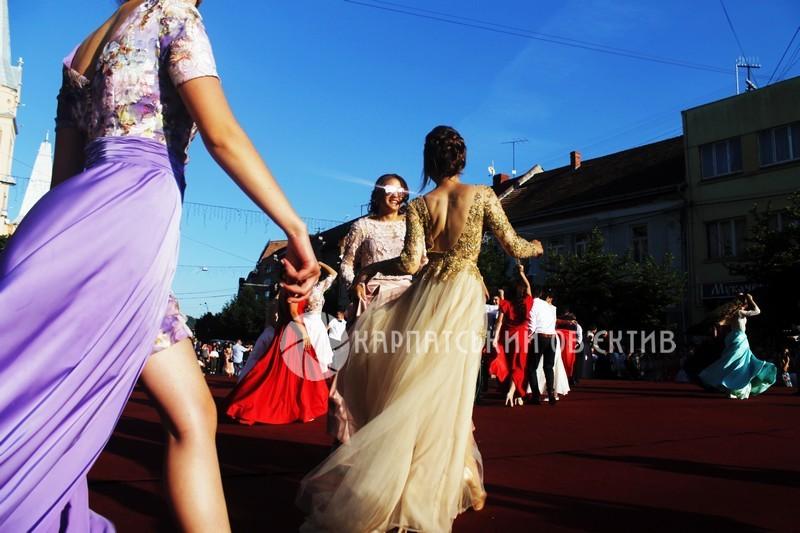 Розкішні сукні та запальні танці. Як у Мукачеві парад випускників проходив e12fb16ba8227