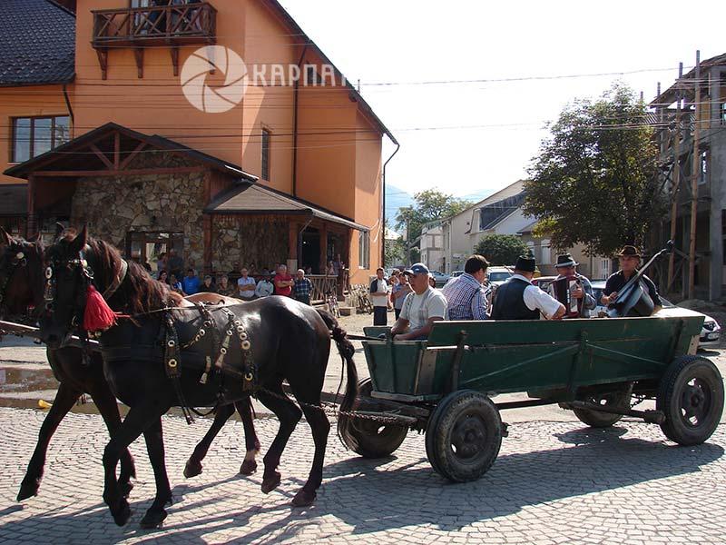 У хустському Вишкові День селища відзначили традиційним сюреті-балом