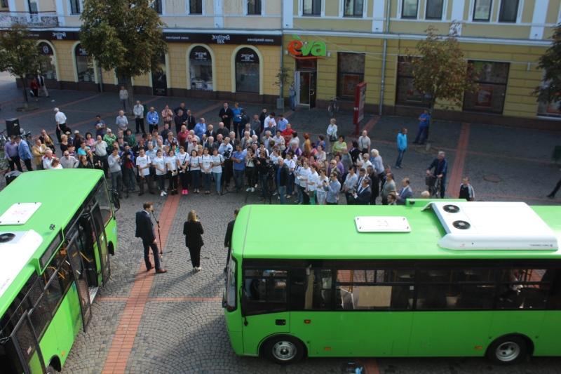 У Мукачеві запустили муніципальні автобуси з технологією безконтактної оплати