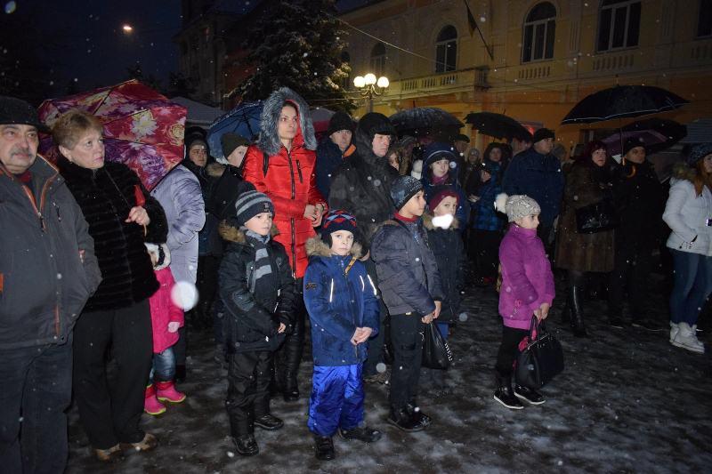 На центральній площі Берегова урочисто запалили першу свічку Адвенту