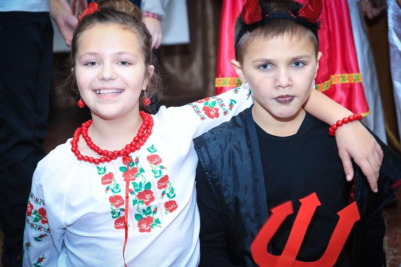 """Хустські школярі розпочали святковий калейдоскоп """"Від Миколая до Йордана"""". ФОТО"""