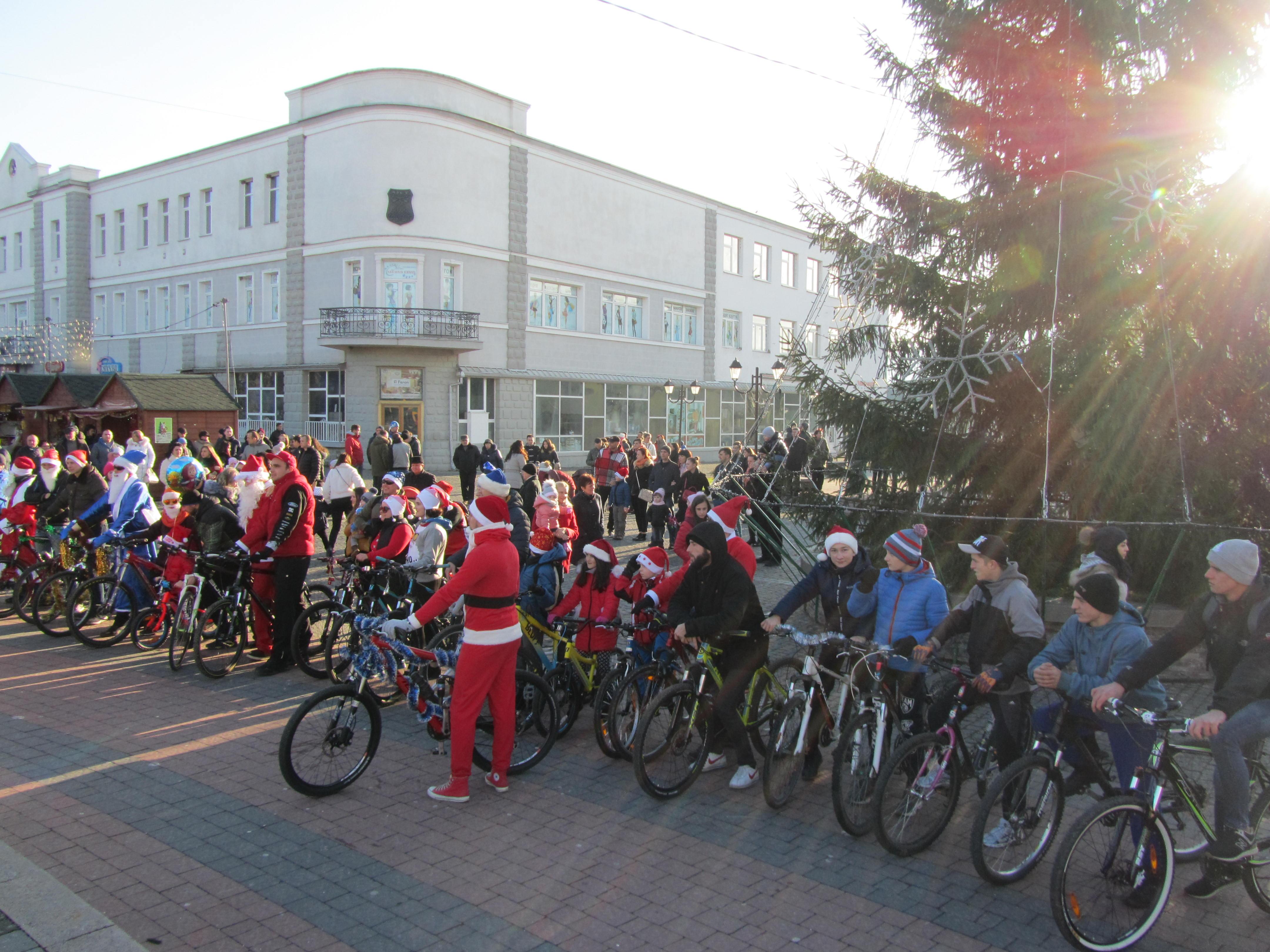 Вулицями Хуста їздили Санта Клауси