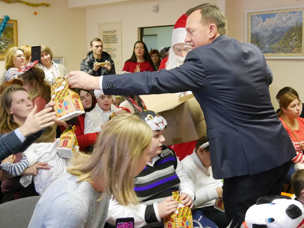 До вихованців «Дороги життя» в Ужгороді завітали казкові герої. ФОТО