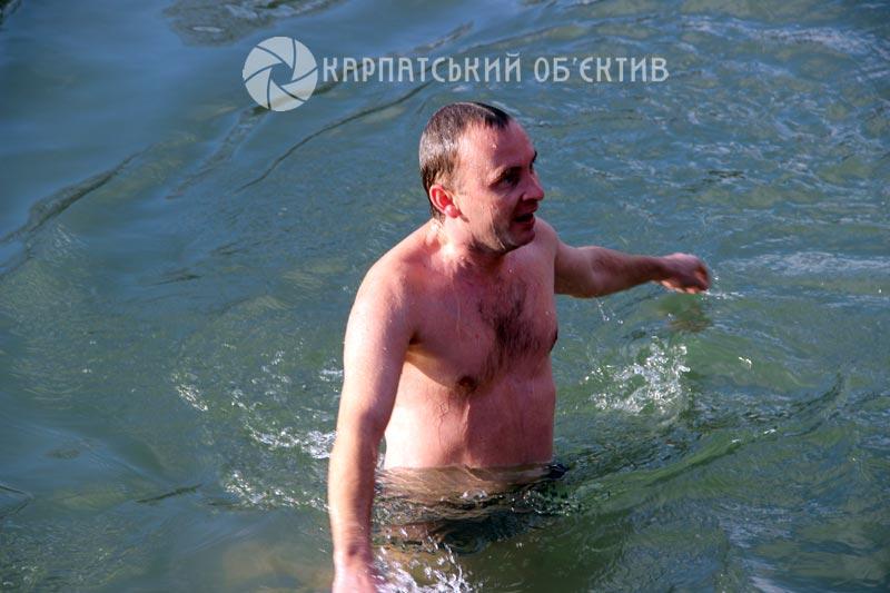 Святкування Водохреща на Закарпатті: у крижану воду пірнали цілими сім'ями. ФОТО, ВІДЕО