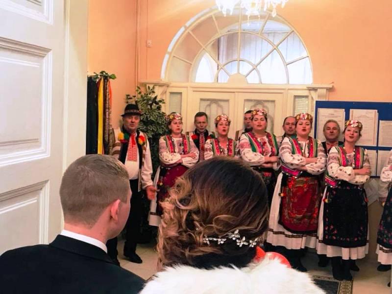 В Ужгородському міському відділу ДРАЦ сьогодні панує кохання та яскрава урочиста атмосфера. ФОТО
