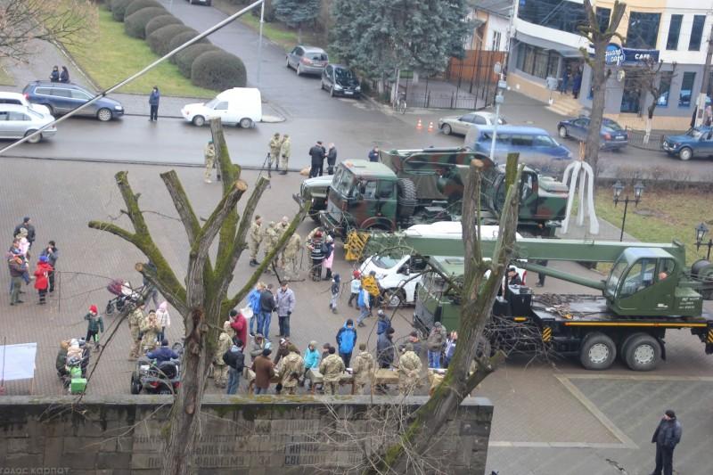 У Виноградові військові годують прохожих солдатською кашею