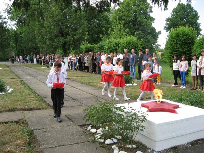 Перечин 9 травня: мітинг-реквієм, панахида, вінки, квіти, вічний вогонь. ФОТО