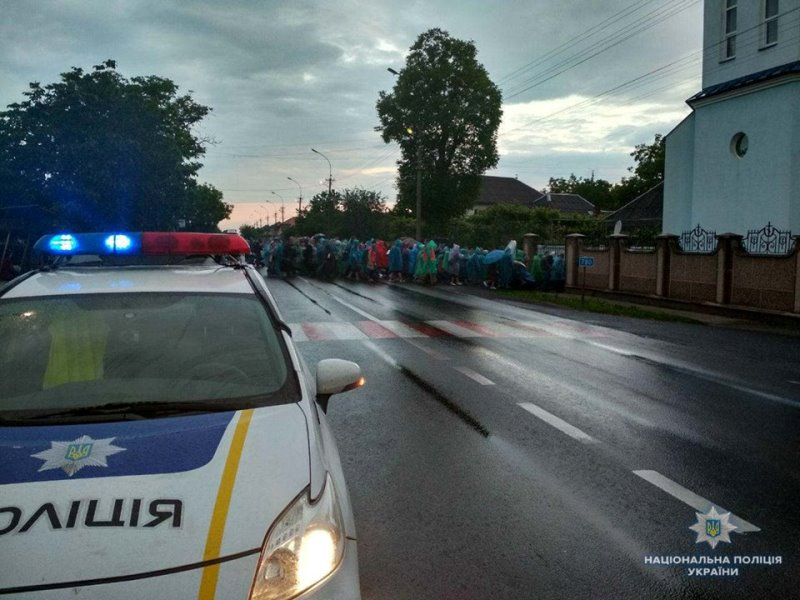 Співробітники Управління патрульної поліції в Закарпатській області та  управління превентивної діяльності поліції Закарпаття забезпечили порядок  та не ... b50f5e470b18e