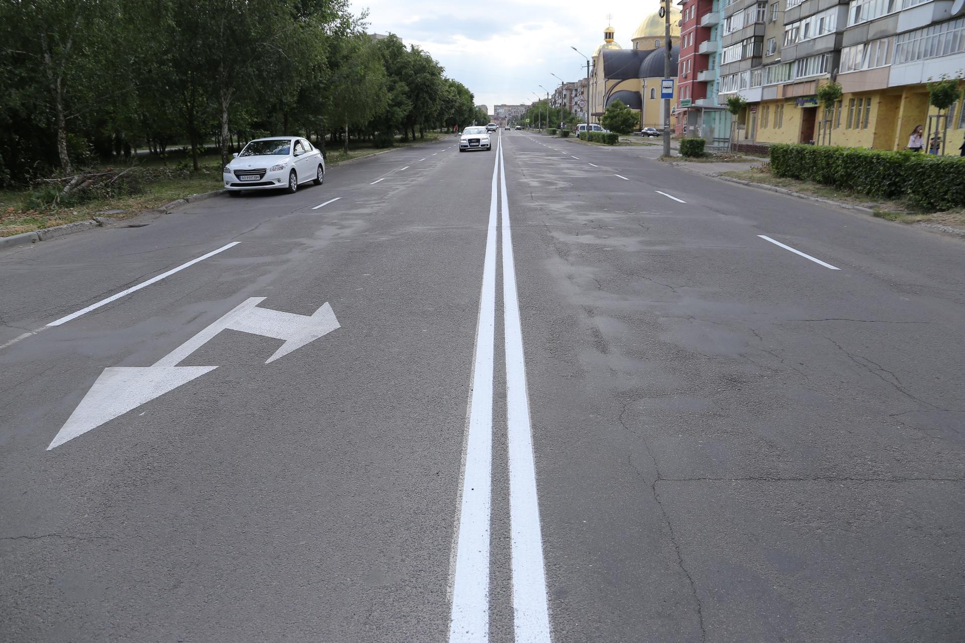 В Мукачеві оновлюють дорожню розмітку
