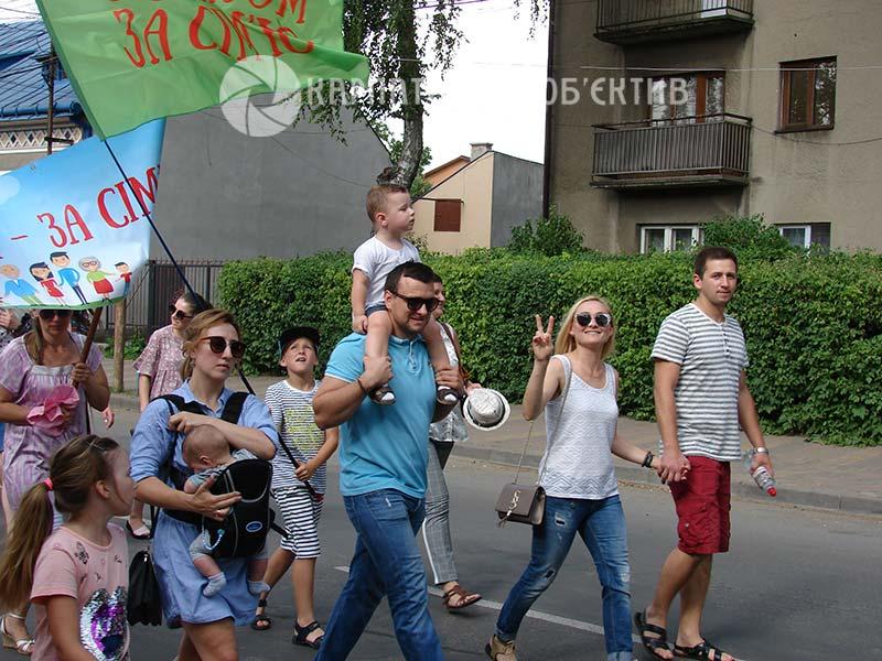 У Хусті пройшла велелюдна хода на підтримку традиційної сім`ї