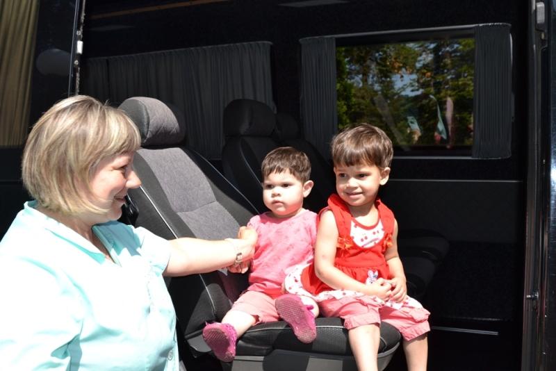Більше сотні маленьких закарпатців із Свалявського дитбудинку дочекалися комфортабельного мікроавтобуса, конфіскованого на кордоні