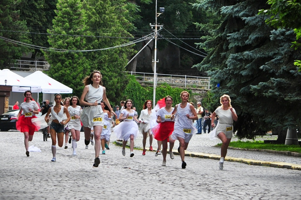 Цьогорічний Парад Наречених в Ужгороді розпочався забігом
