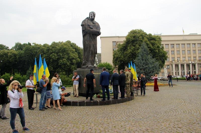До Дня Конституції в Ужгороді поклали квіти до пам'ятників Тарасу Шевченку та Августину Волошину