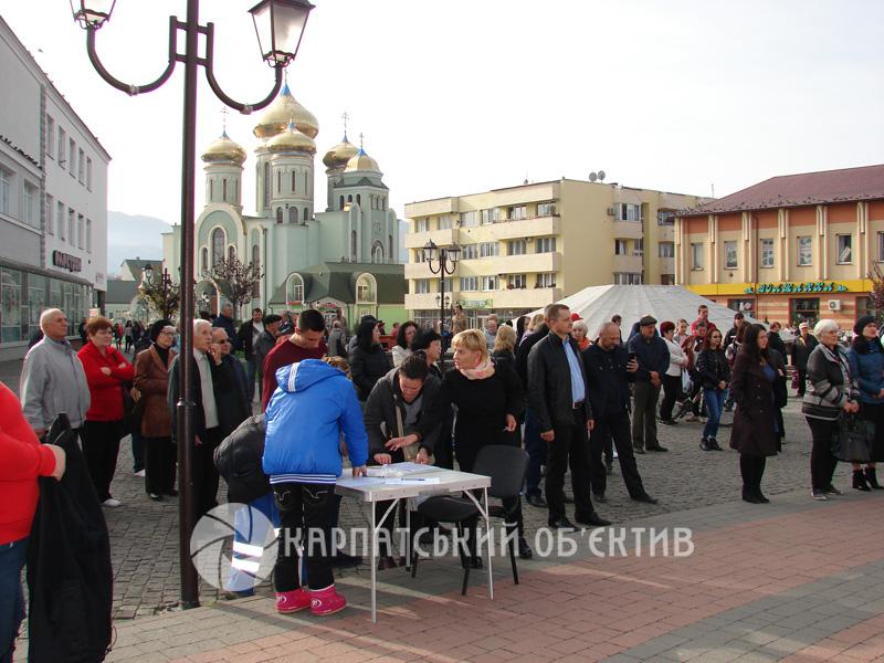 У Хусті триває мітинг проти підвищення ціни на газ