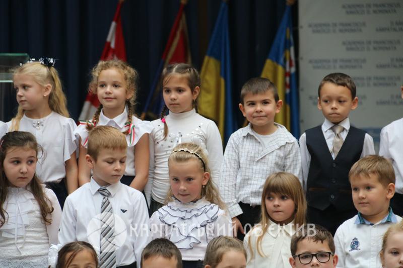 Більше двох тисяч першачків отримали новенькі букварики від сусідньої Угорщини