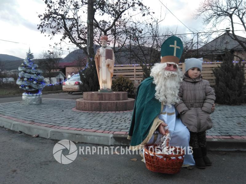 У Перечині Святий Миколай роздав дітлахам перші подарунки