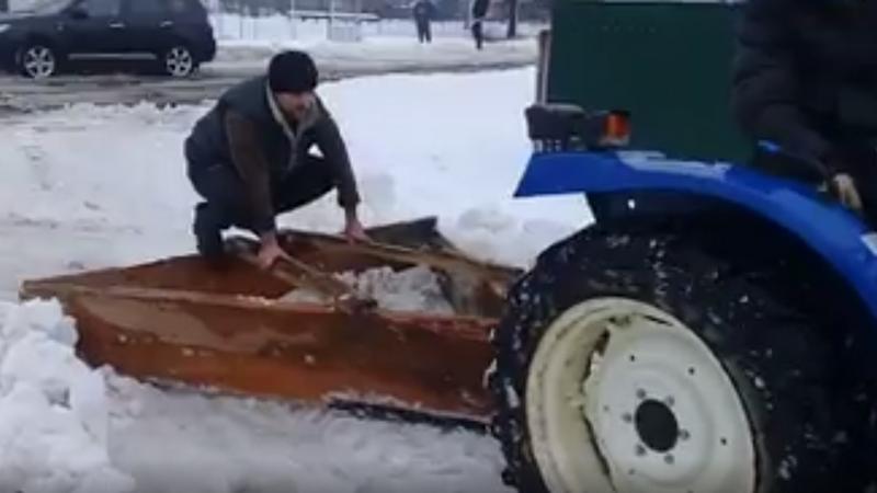 Як на Міжгірщині люди сніг прибирають. ВІДЕО