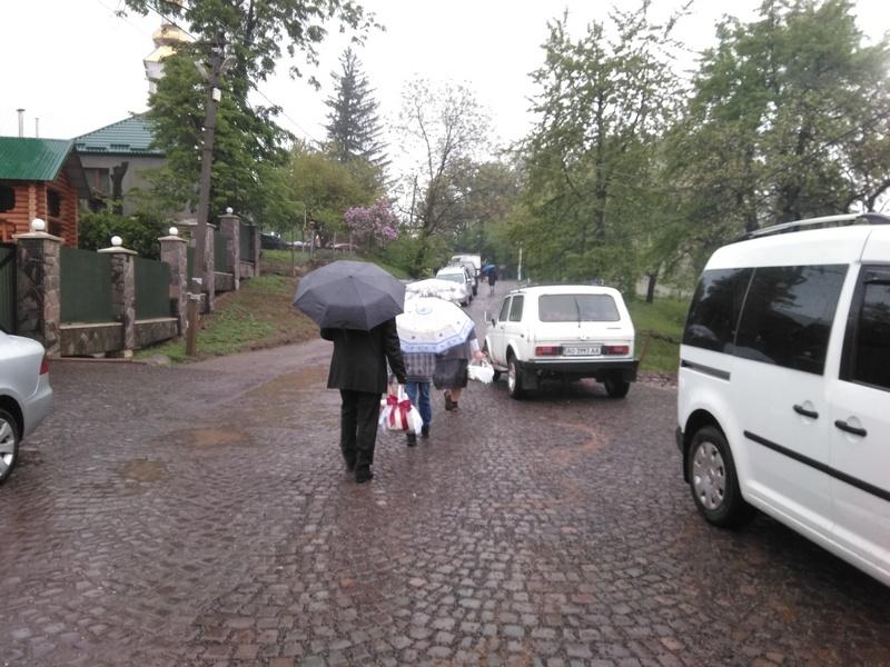 У Малому Раківці пасхальні кошики освятили під рясним дощем