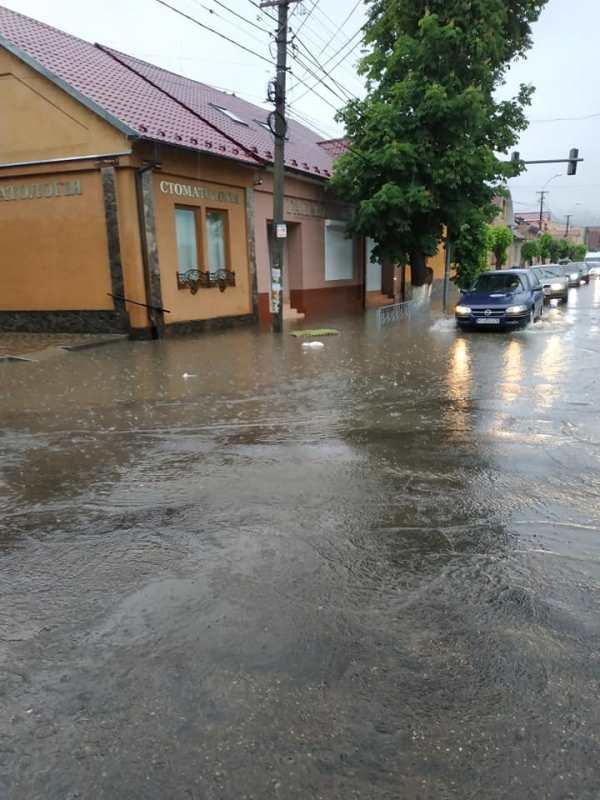 Вулиці Виноградова залило водою. ФОТО