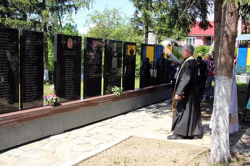 У закарпатському Доробратові встановили унікальну пам'ятну стелу жителям села, які загинули за батьківщину. Фото, Відео