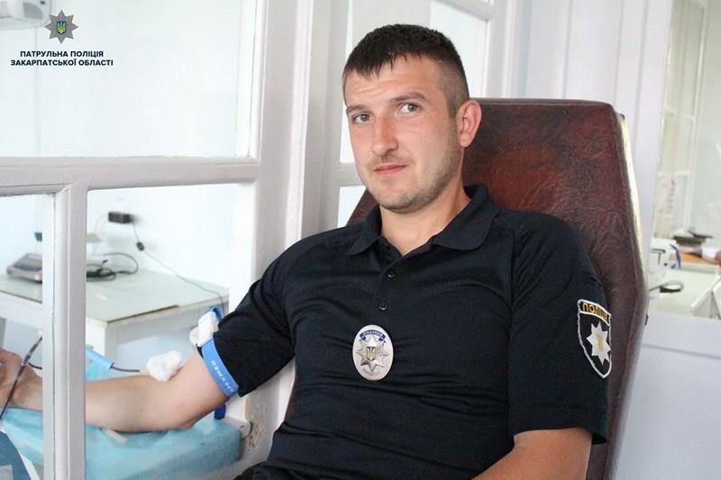 Закарпатські патрульні здавали кров