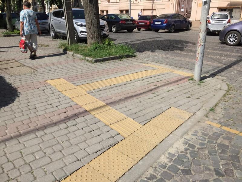 У Мукачеві облаштовують 45 переходів для людей з обмеженими можливостями