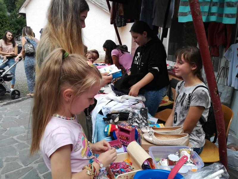 У Кам'яниці на Ужгородщині підлітки провели ярд-сейл. ФОТО