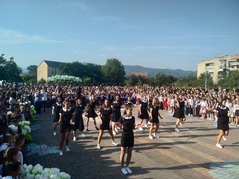 У Хусті вперше сіли за шкільні парти 532 першокласники. ФОТО