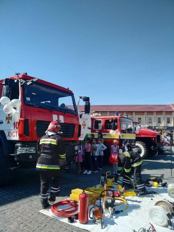 У центрі Хуста рятувальники провели пізнавальну акцію для діток