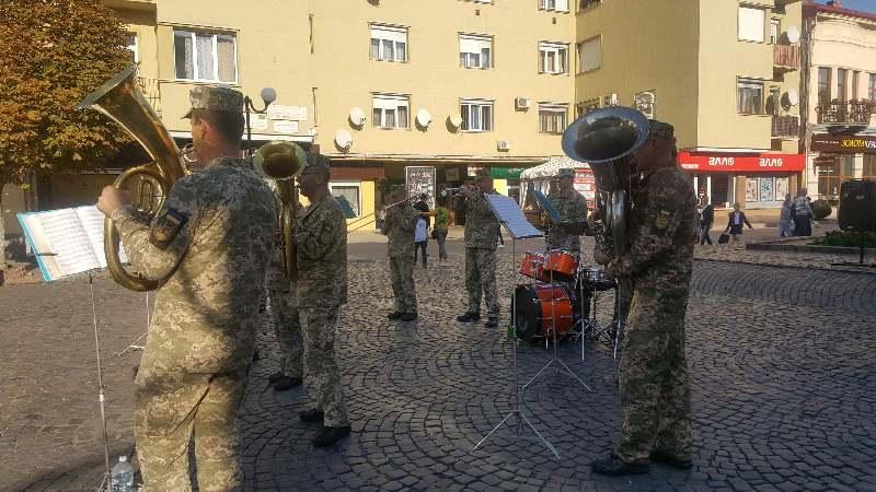 Спільний молебень та концерт у центрі міста: у Мукачеві відзначили Покрови, День захисника України та козацтва