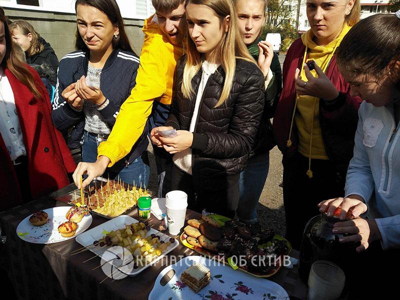 На шкільному благодійному ярмарку в Хусті учні зібрали понад 21 тисячу гривень. ФОТО