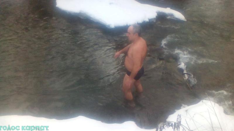 Закарпатські моржі відкривають купальний сезон