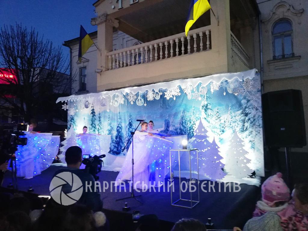 Нарешті засяяла: В Мукачеві «запалили» головну ялинку міста. Фото. Відео