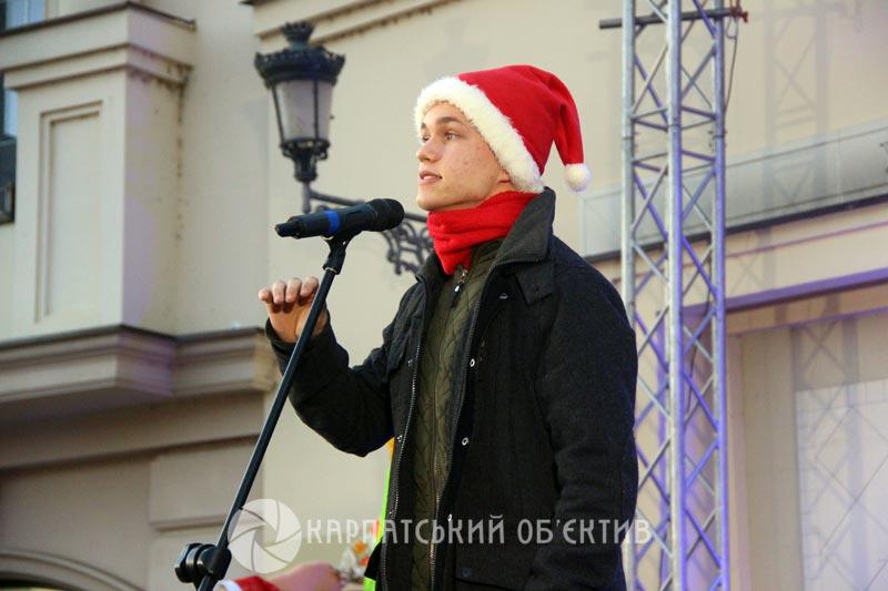 Відкриття ялинки та нова міні-скульптурка: Ужгород святкує Миколая. ФОТО