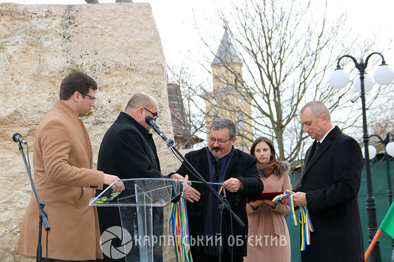 Кінна статуя Ференца Ракоці ІІ зайняла своє почесне місце у центрі Берегова. Фото. Відео