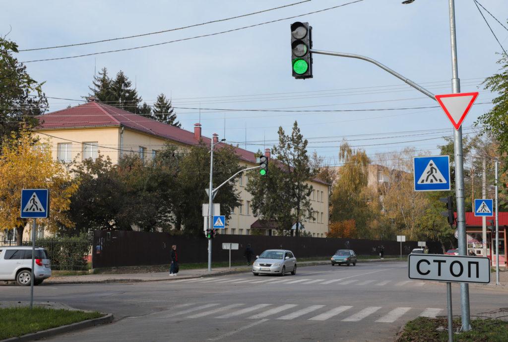 На перехресті вулиць Загорської та Закарпатської в Ужгороді запрацював новий світлофор, фото-1